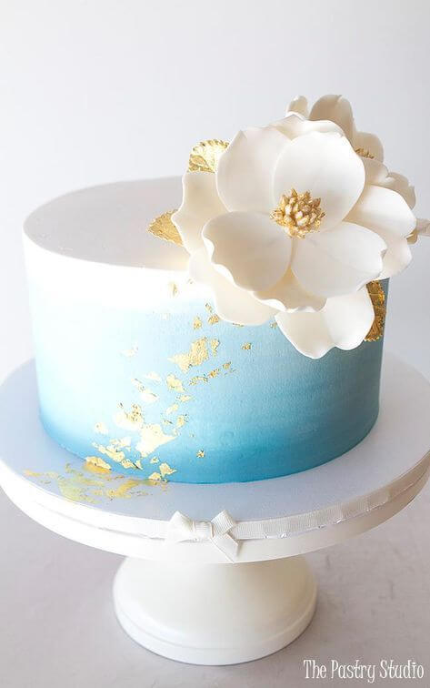 Now this one we really love, with it's clean lines and stark contrast between the white and gold, it's just so cool! This would be perfect for any modern wedding.